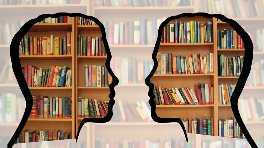 hoofden en boekenkast