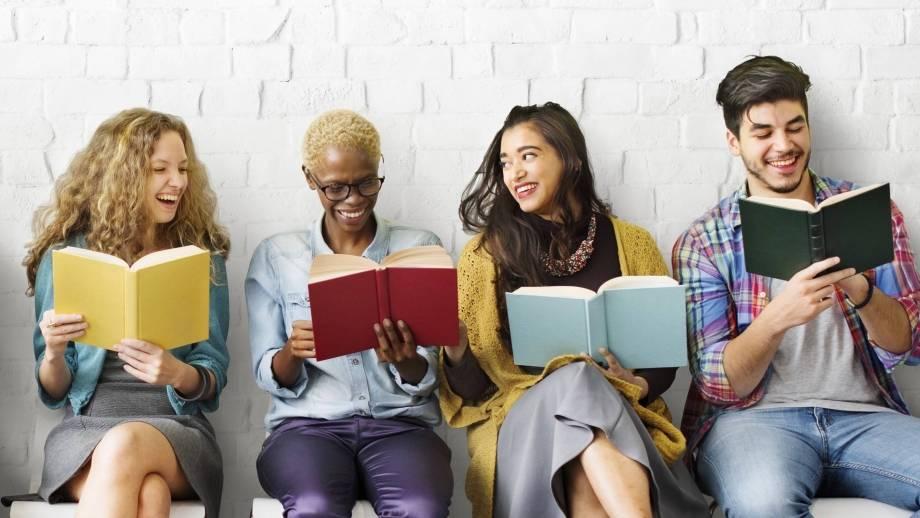 lezende mensen tegen witte muur