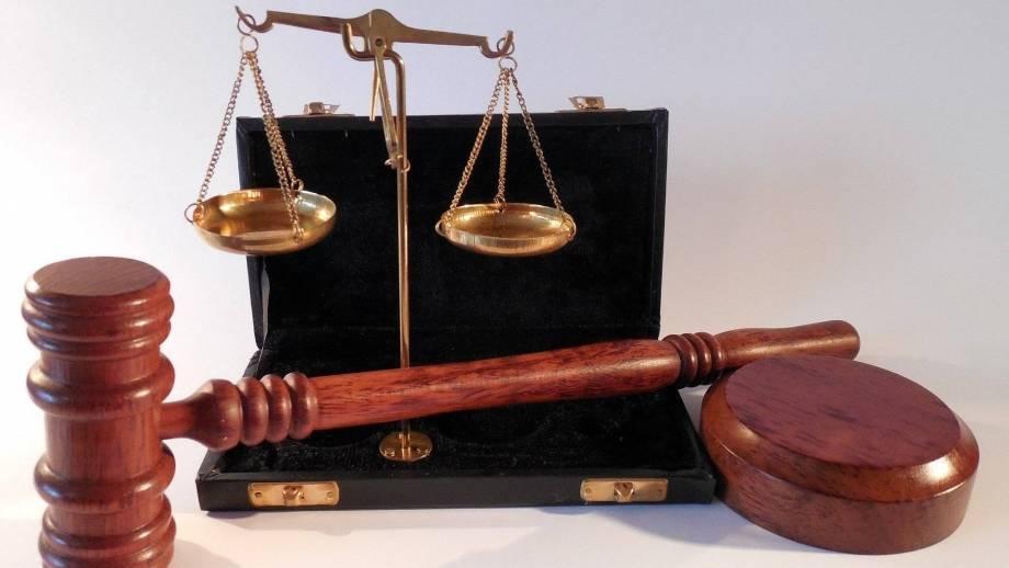 Hamer en weegschaal - tekens van rechtspraak
